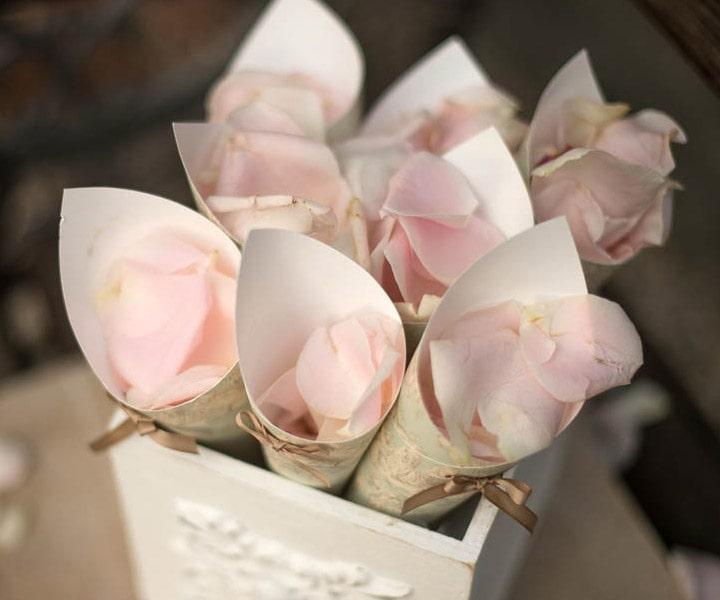 Coni di riso e petali di rosa